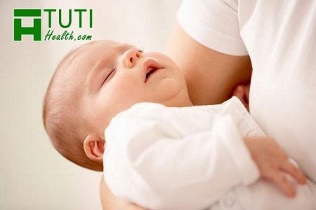 Trẻ sơ sinh hay vặn mình đánh rắm phải làm sao