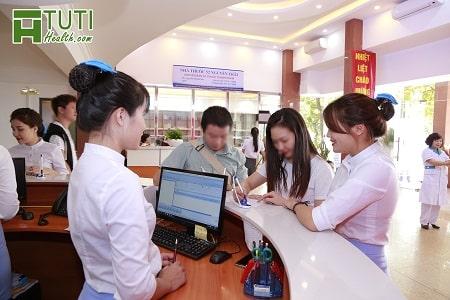 Nhân viên y tế Phòng khám 52 Nguyễn Trãi rất nhiệt tình tư vấn cho người bệnh