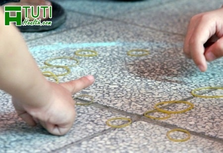 Những món đồ chơi gắn liền với tuổi thơ không thể thiếu trò chơi búng dây nịt được
