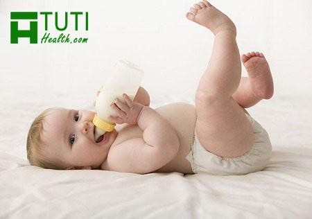 Em bé vừa khóc vừa bú sữa mẹ do quen bú bình