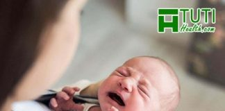 Trẻ sơ sinh vừa bú vừa càu nhàu là vì nguyên nhân gì ?
