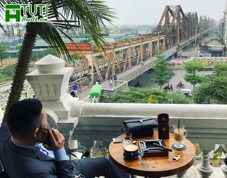 Ngồi ở Serein Cafe & Loungevừa làm việc vừa ngắm cầu Long Biên cũng thú vị đó chứ