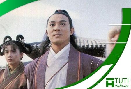 Khâu Thục Trinh đóng vai Tiểu Chiêu trong bộ phim Cô gái đồ long 1993 cùng Lý Liên Kiệt