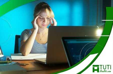 Dùng tay ấn nhẹ vào thái dương là bài tập thư giãn mắt dành cho người thường xuyên ngồi máy tính hiệu quả